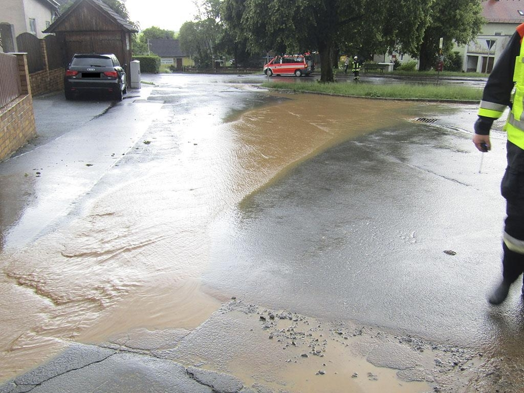 Fahrbahn überschwemmt